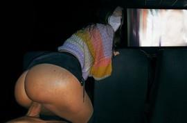 В безлюдном кинотеатре имеет свою  безотказную сучку