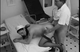 Медсестра в черных чулках трахается на скрытую камеру в больнице