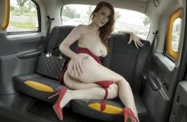 Таксист долбит рыжую красотку прямо в машине