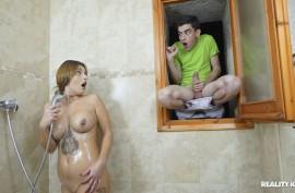 Молодой подсматривал за зрелой и был ей  выебан