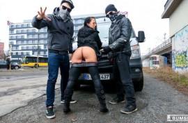 Темноволосая немка Кейт Нокс обожает получать в себя большие члены