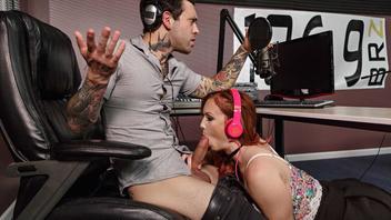 Ди-джей Паоло вел радиопередачу когда его помощнице Дани зачесалось поебаться