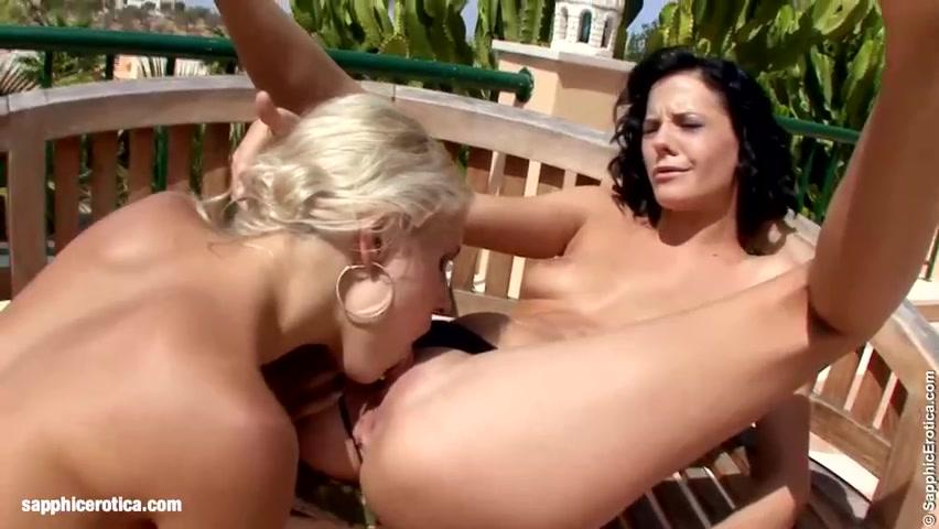Две лесбиянские сучки, блондинка и брюнетка, очень горячо время проводили
