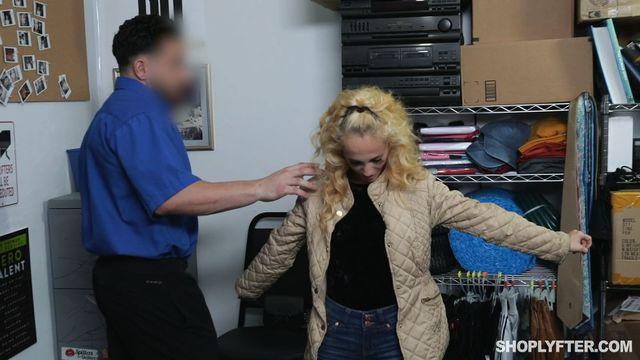 Стеснительная блондинка жарко оттрахана похотливым охранником магазина