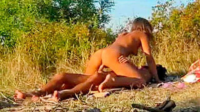 Молодая девушка Даша занимается страстным сексом с бойфрендом на природе