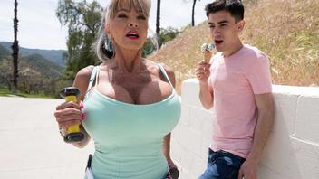 О том как грудастая тетка делала пробежку и нашла себе молодого любовника