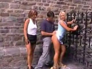 Публичный групповой секс на улице втроем