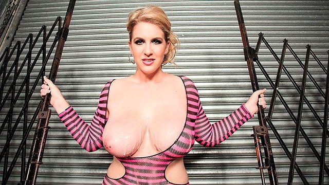 Шикарная зрелая блондинка решила показать свое аппетитное тело на камеру