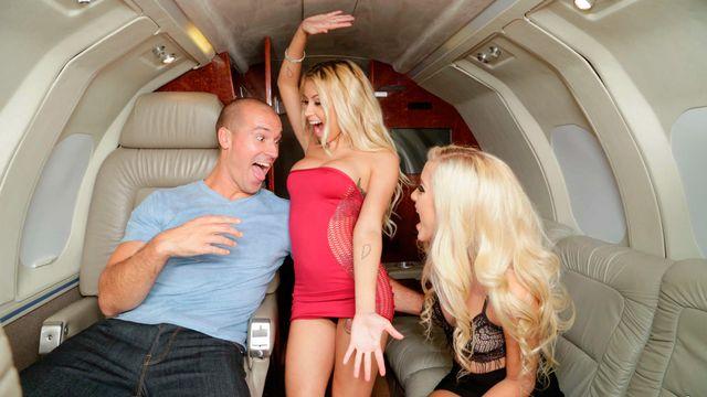 Наоми Вудс и ее горячая подружка Марша Мэй обслужили парня на борту его частного самолета