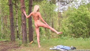 Ирина делает упражнения на свежем  воздухе