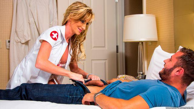 Надя Хилтон в костюме медсестры ублажает страстного молодого парня