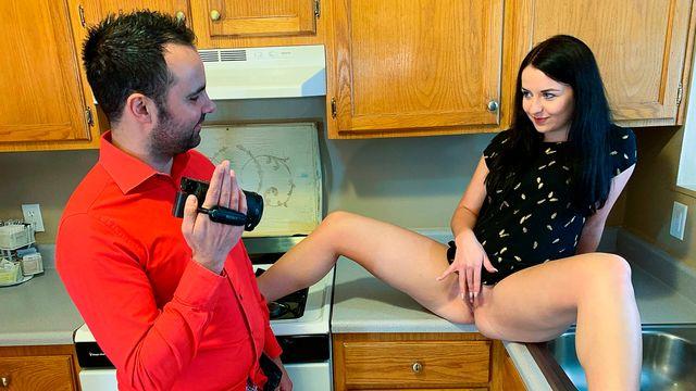 Интересная домашняя порнушка с сочной брюнеточкой на кухне