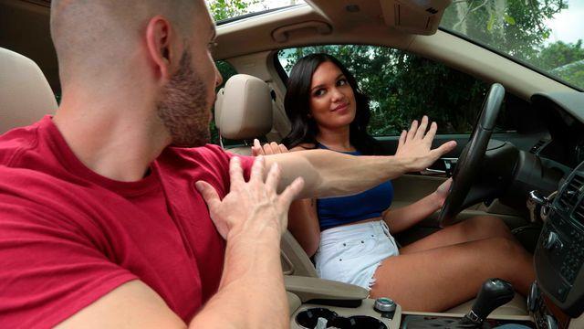 Сексуальная худенькая брюнетка Алина Белль трахается с новым любовником