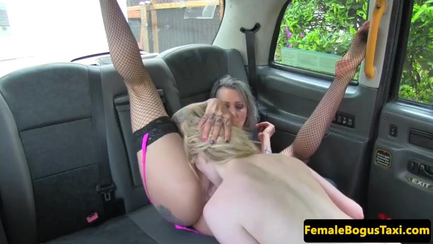 Лесбиянки резвятся в машине – девка и мамаша однополый разврат исполняют очень мощно