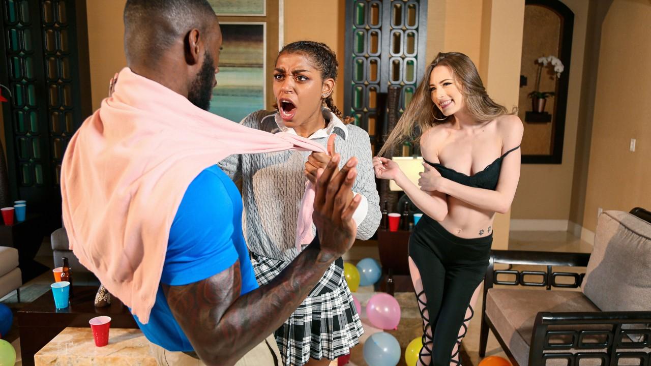 Сексуальная студентка решила испробовать твердый член темнокожего парня
