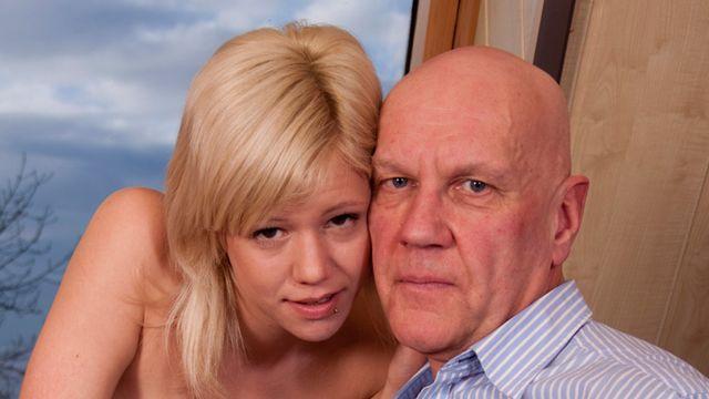 Мужчина решил вспомнить молодость и оттрахал молодую блондинку