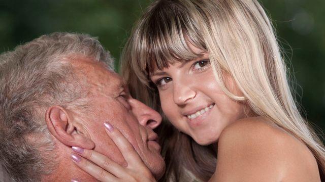 Молоденькая красотка Джина Джерсон ублажает похотливого старика