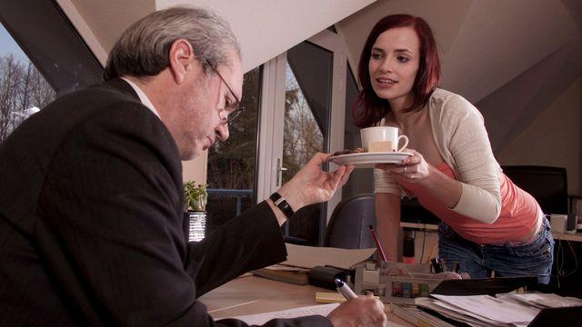 Жаркая секретарша Лейла Смит развлекает босса своими влажные дырочками