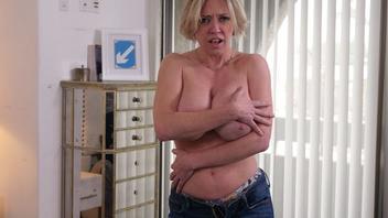 Распутная мамочка Ди Уильямс хочет отсосать большой твердый член!