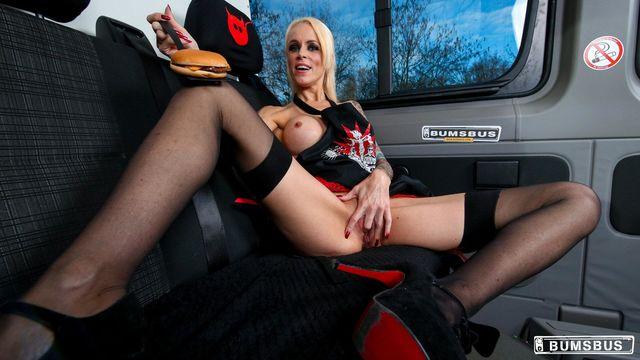 Татуированная зрелая немка в машине развлеклась со своим новым молодым любовником