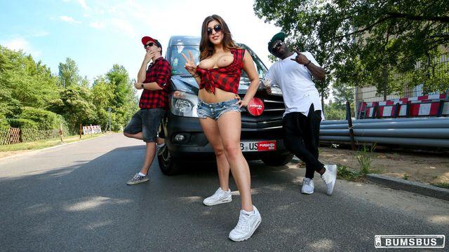 Сексуальная темноволосая немка Джули Джонсон трахается в машине с новым самцом