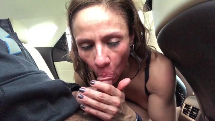 Кончил ей в рот