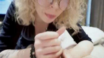 Русская  блондинка в очках не может представить себя без члена во рту