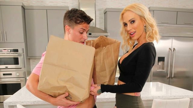 Зрелая татуированная блондинка жарко потрахалась на кухне с молодым любовником