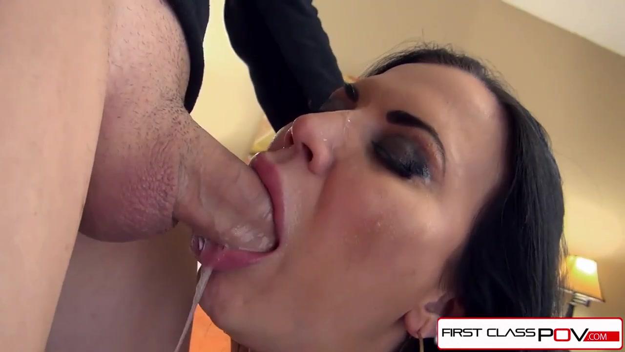 По горлышку здоровым членом получает мамаша сосулька и в конце сперма идет ей на лицо и ротик