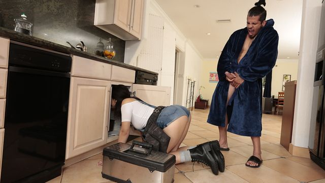 Мужик вызвал на дом слесаря но он не думал что это окажется сексапильная брюнетка