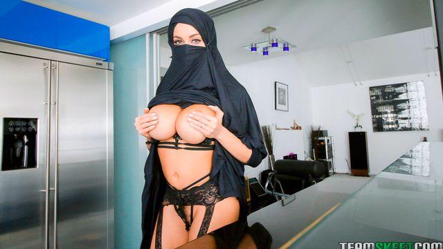 Молодые мусульманки с удовольствием ублажают похотливых мужчин ротиками