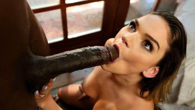 Ненасытная молодая девушка Афина Фарис жарко трахается с негром