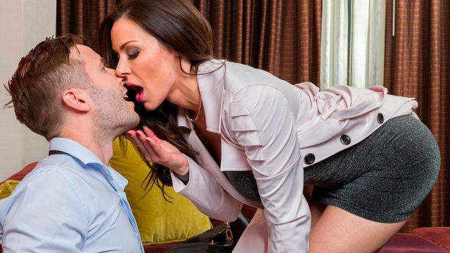 Стройная брюнетка Кендра Ласт ублажает своего жаркого любовника и кайфует