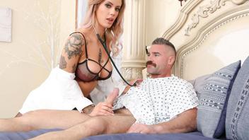 Медсестра Луна помогает пациенту поправиться выписав ему минет и еблю