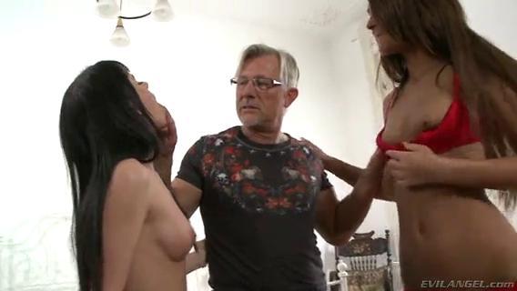 Дед учит двух молодых девчонок делать минет