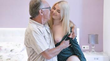 Старый дед раскручивает молоденькую вкусную девушку на очень горячую еблю