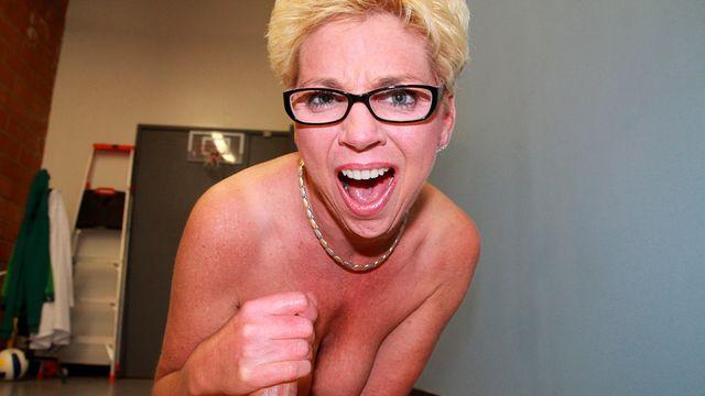 Зрелая блондинка в очках мастурбирует длинный член своего нового любовника
