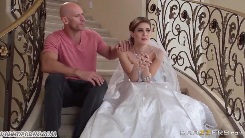 Развратная невеста трахается с фотографом перед свадьбой в белом платье
