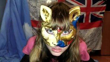 Русская малышка в маске демонстрирует свои навыки минета
