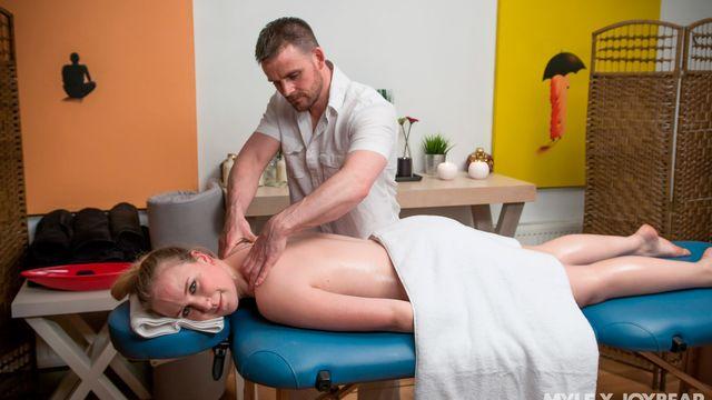 Молодой массажист возбудился от своей жаркой клиентки Анны Дарлинг