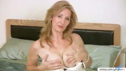 Белокурая девка мастурбирует свою пилотку длинным дилдо