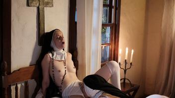 Две монашки обуреваемые похотью занялись лесбийским сексом