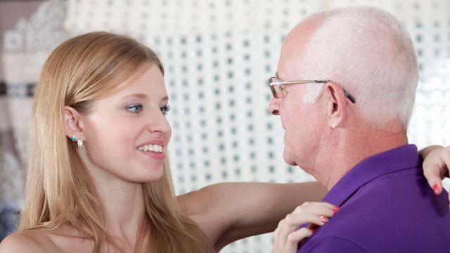 Похотливый старик вспомнил молодость и как следует трахнул юную блондинку
