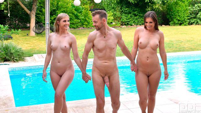 Дженифер Джейн и Ария Логан жарко трахаются с молодым похотливым мужчиной