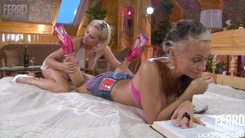 Две красавицы занимаются лесбийским шоу
