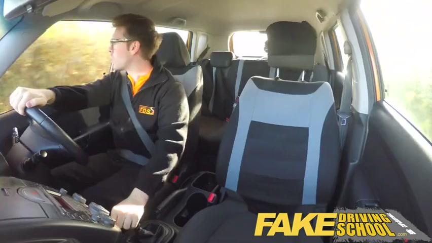 Инструктор по вождению знает, как сучек на секс в машине разводить