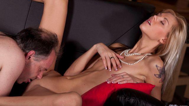 Сексуальная блондинка Синди Вега развлекается с членом взрослого любовника