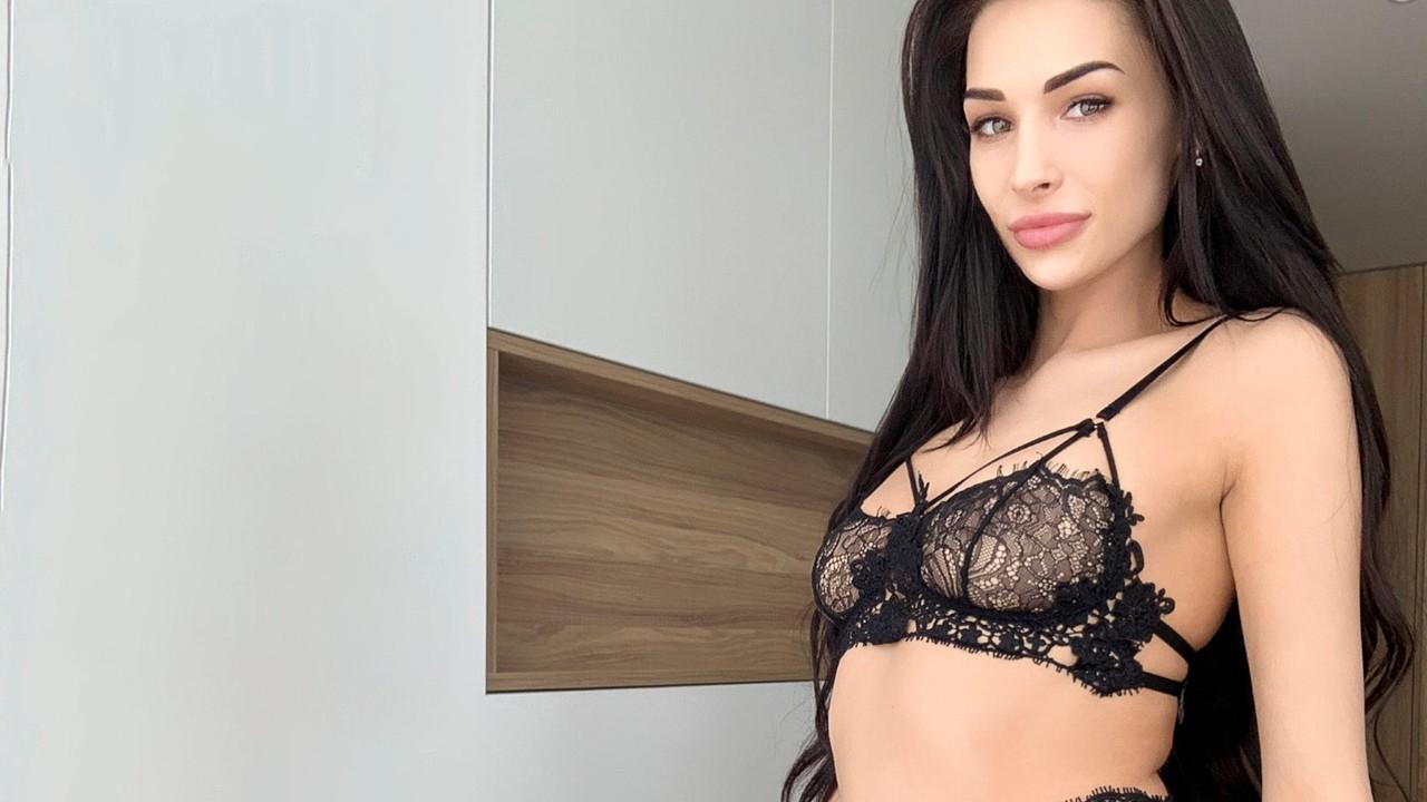 Сексуальная брюнетка в эротическом черном белье решила помастурбировать на карантине