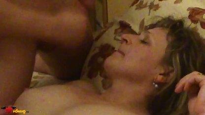 Зрелая блондинка занимается сексом со своим приятелем