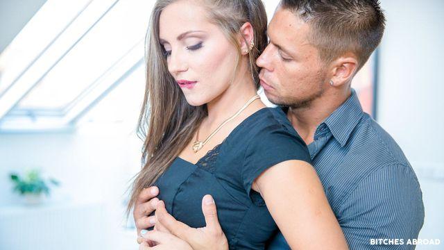 Горячая туристка Мария Девайн нашла любовника на время отпуска и жарко трахается с ним